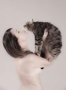 a nudo con il gatto